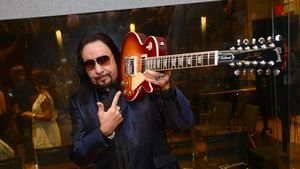 ACE FREHLEY Cracks US Top 10, Canadian Top 20 With Space Invader Album