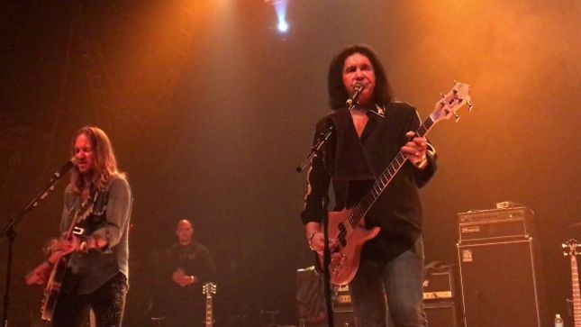 "GENE SIMMONS Pays Tribute To CHUCK BERRY At Cleveland Solo Show; Fan-Filmed Video Of ""Johnny B. Goode"" Cover Posted"