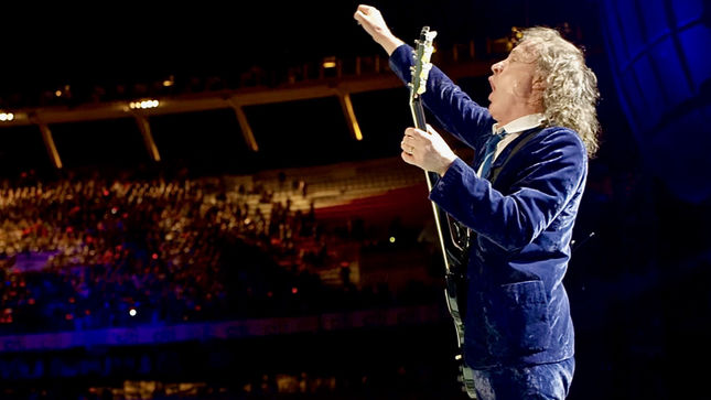 AC/DC Guitarist ANGUS YOUNG Pays KEITH RICHARDS A Visit At ROLLING STONES Gig In Dusseldorf