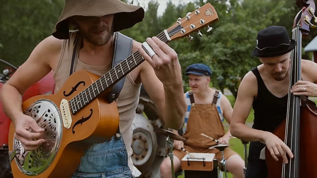 "STEVE'N'SEAGULLS Release Official Live Video For Cover Of METALLICA's ""Sad But True"""