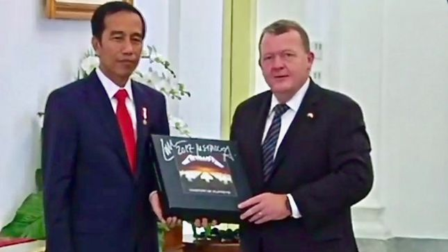METALLICA - Danish Prime Minister Surprises Indonesian President With Signed Master Of Puppets Box Set; Video