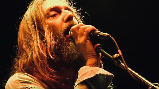 "CHRIS ROBINSON Reflects On Backing JIMMY PAGE In 1999 - ""He's On Fire When He Plays!"""