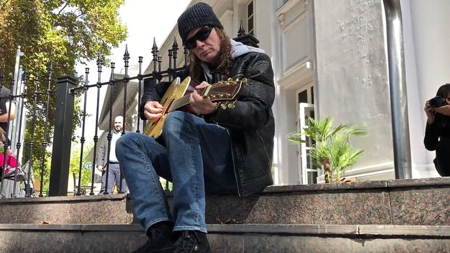 MEGADETH Leader DAVE MUSTAINE Performs Short Acoustic Set Outside Argentinian Hotel; Video