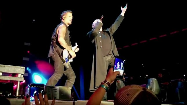 "DISTURBED Perform PANTERA's ""Walk"" In Tribute To VINNIE PAUL; Video"