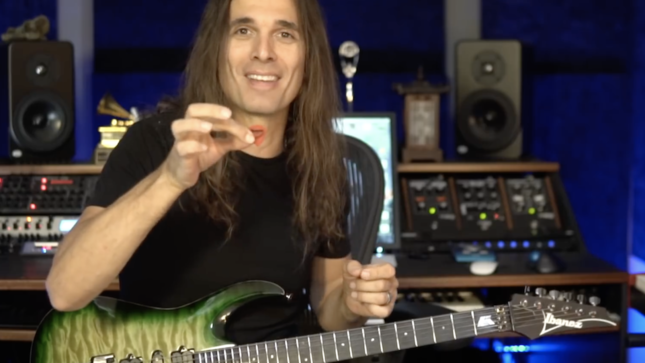 megadeth guitarist kiko loureiro explains awkward guitar picking technique video. Black Bedroom Furniture Sets. Home Design Ideas