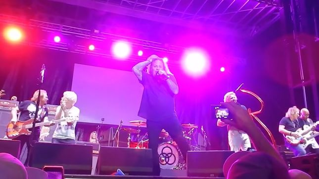 VINCE NEIL Performs MÖTLEY CRÜE Classics With SAMMY HAGAR & THE CIRCLE; Video