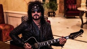 "MÖTLEY CRÜE's NIKKI SIXX Talks The Dirt Biopic – ""We Wanted To Be Able To Tell The Story Honestly From That Era"""