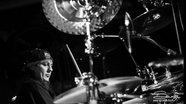 "DREAM THEATER Drummer MIKE MANGINI Posts New Video Clip Explaining Why His Cymbals Are Set ""Extra, Really, Way, Way High Up"""